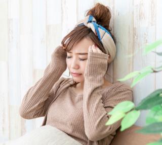 片頭痛で苦しむ女性の画像